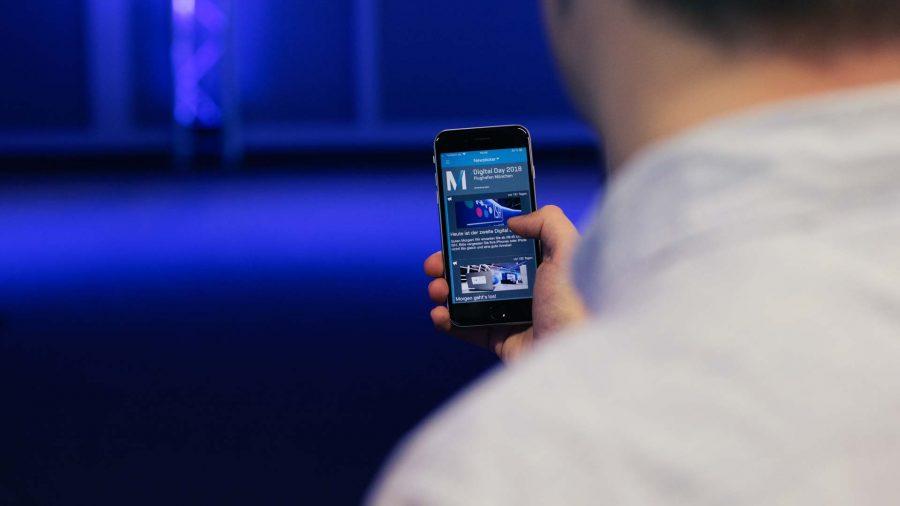 Person bedient App auf Handy